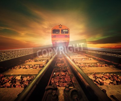 Bild Züge auf Kreuzung der Bahnstrecke in der Bahnstation agains schönes Licht der Sonne stellten Himmelgebrauch für Landtransport und Logistikindustriehintergrund, Hintergrund, Kopienraumthema ein