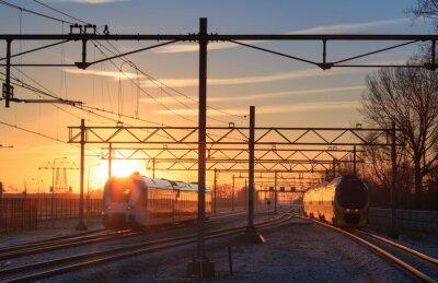 Bild Zügen, die eine Station während einer Winter Sonnenaufgang.