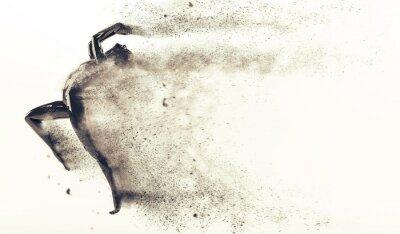 Zusammenfassung schwarzen Kunststoff menschlichen Körper Mannequin mit Streuung Partikel auf weißem Hintergrund. Action und Springen posieren. 3D-Rendering-Abbildung