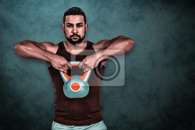 Zusammengesetztes Bild des muskulösen ernsten Mannes, der eine Kettlebell anhebt
