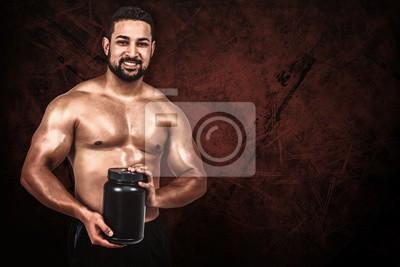 Zusammengesetztes Bild des muskulösen Mannes mit Proteinpuder