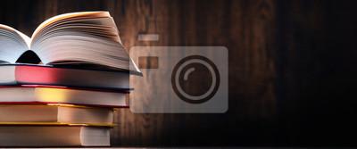 Bild Zusammensetzung mit Büchern auf dem Tisch