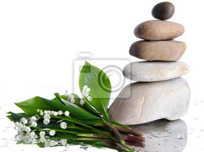 Bild Zusammensetzung von gestapelten Steinen mit einem Blumenstrauß aus Lilien