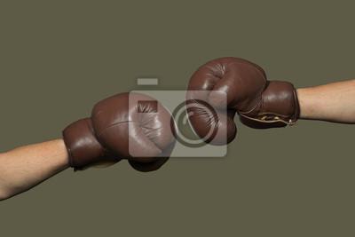 Zwei alte braune Boxhandschuhe schlagen zusammen