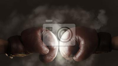 Bild Zwei alte braune Boxhandschuhe schlagen zusammen