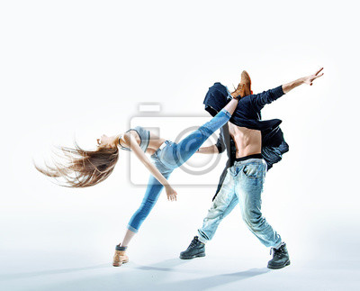 Zwei athletische Tänzer machen eine Aufführung