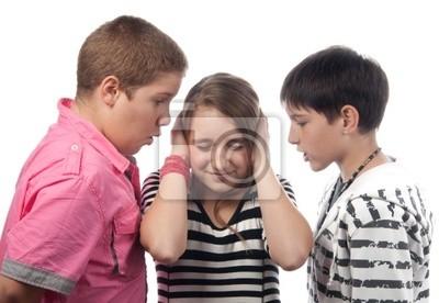 Zwei böse Jungs im Teenageralter belästigt verängstigtes Mädchen