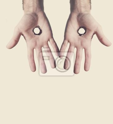 Zwei Hände mit Löchern.