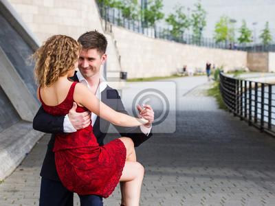 aa7b2960f47af8 Bild Zwei junge Menschen - ein Mann im schwarzen Anzug und eine Frau mit  roten Kleid