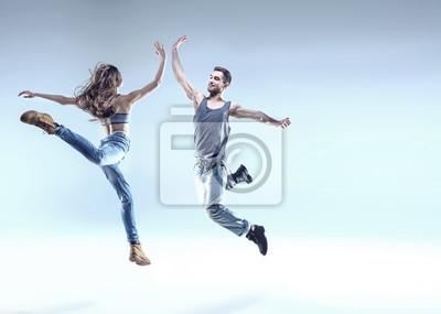 Zwei junge Tänzer in einer springenden Pose