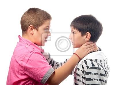 Zwei Jungen im Teenageralter wütend halten einander Hälse während des Kampfes