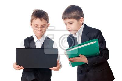 Zwei Jungen suchen Laptop-Bildschirm
