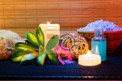 zwei Kerzen und und lila Hibiskus-Blume, Salz und Seife