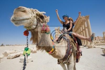 zwei Mädchen sind Ritt auf Kamel in der Wüste