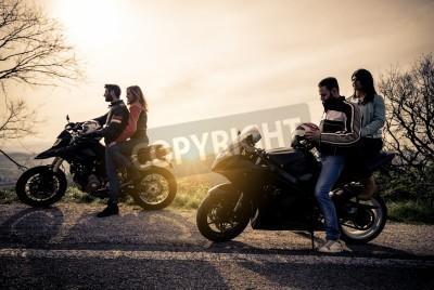 Bild Zwei Motorräder fahren in der Natur - Freunde fahren Rennmotorräder mit ihren Freundinnen - Gruppe von Bikern in einem Panoramablick zu stoppen und Blick auf suggestive Sonnenuntergang