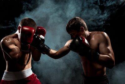 Bild Zwei professionelle Boxer Boxen auf schwarzem rauchigen Hintergrund,