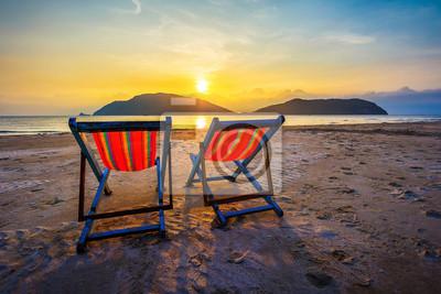 Zwei Sommer Strand Stühle bei Sonnenuntergang Licht
