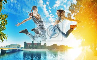 Zwei springende Tänzer auf einem städtischen Hintergrund
