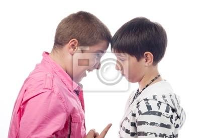 Zwei Teenager streiten und schreien einander an