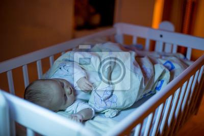 Adorable neugeborenen schlafen in krippe in der nacht fototapete