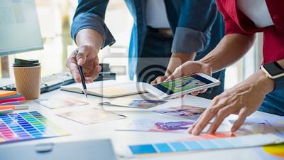 Fototapete Advertising agency designer creative start-up team discussing ideas in office.