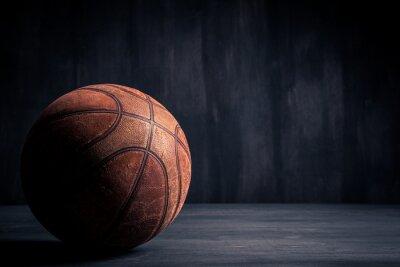 Fototapete Alte Basketball-Ball auf einem schwarzen Hintergrund