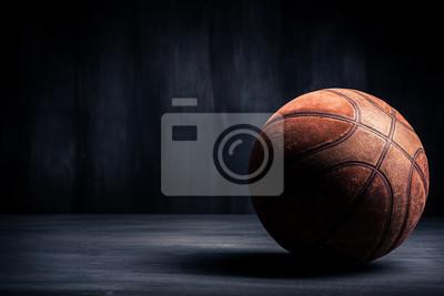 Alte Basketball-Ball auf einem schwarzen Hintergrund