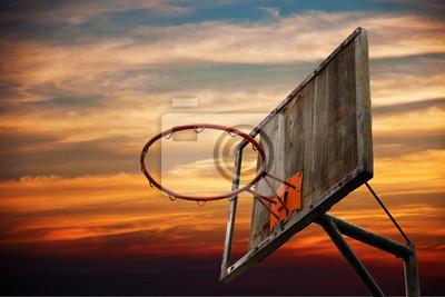 Alte Basketballkorb und eine Rückwand im Sonnenuntergang