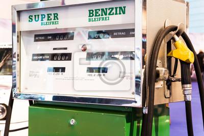 Retro Kühlschrank Zapfsäule : Alte benzin zapfsäule an tankstelle in d mark und pfennig