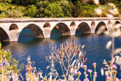 Fototapete Alte Brücke über See