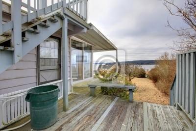 alte fixer upper haus mit veranda und au entreppe fototapete fototapeten blick auf das wasser. Black Bedroom Furniture Sets. Home Design Ideas