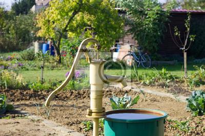 Alte Handpumpe Am Brunnen Im Garten Und Spart Wasser In