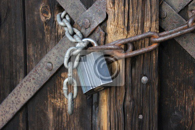 Alte Holztüren alte holztüren mit vorhängeschloss gekettet fototapete fototapeten