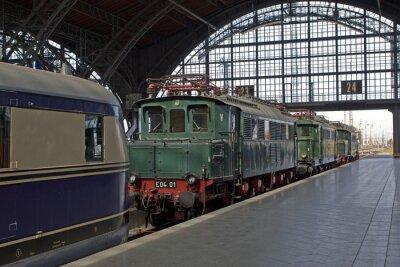 Fototapete Alte Lokomotiven im Bahnhof