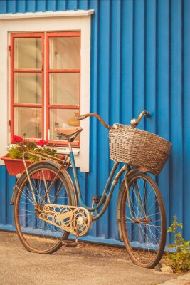 Fototapete Alte rostige Dame Fahrrad vor einem schwedischen Haus