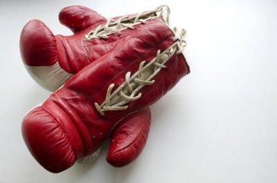 Fototapete Alte rote und weiße Boxhandschuhe auf einem hellen Hintergrund