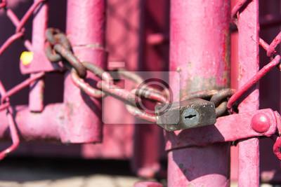 Alte schloß und kette auf einem rosa zaun fototapete • fototapeten ...