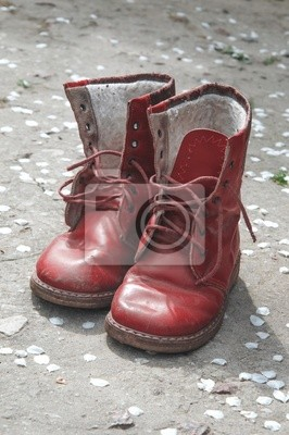 Alte schmutzige rote babyschuhe auf dem boden fototapete ... 4a8054faeb