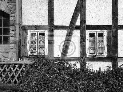 Alte sprossenfenster aus holz mit gardinen als sichtschutz in