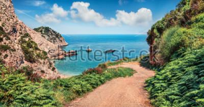 Fototapete Alte Straße nach Agia Eleni Beach. Bunter Morgenmeerblick von Mittelmeer. Helle Szene im Freien von Cephalonia-Insel, Griechenland, Europa. Reisen auf den Ionischen Inseln.
