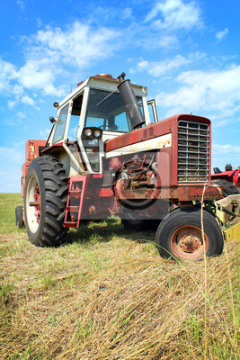 Alte Traktor in Gras-Feld