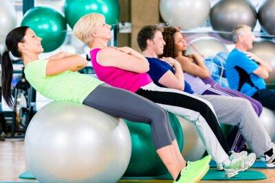 Fototapete Alte und junge Leute bei Kurs im Fitnessstudio