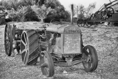 Fototapete Alte verrostete Oldtimer Traktor Detail in schwarz und weiß