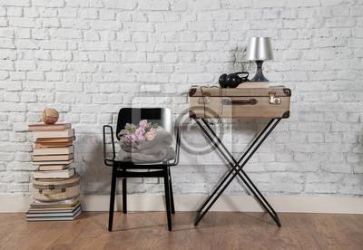 Fototapete: Alten koffer und schwarzen stuhl mit backsteinmauer dekoration