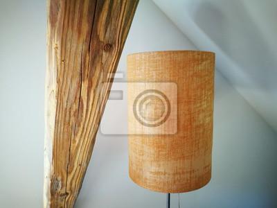 Alter Lampenschirm Aus Stoff In Zylinderform Neben Einem Alten