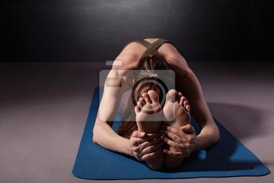 Altere Frau Praktizieren Yoga Auf Dem Boden Fototapete Fototapeten