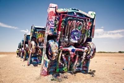 Fototapete Amarillo, Texas - 10. Juli: Berühmte Kunst-Installation der alten Cadillac Autos am 10. Juli 2011 im Cadillac Ranch in der Nähe von Amarillo, Texas. Es wurde 1974 von Chip Lord, Hudson Marquez und Dou