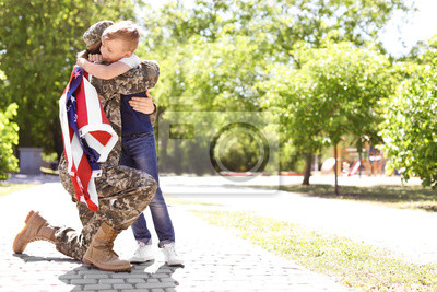 Fototapete American soldier with her son outdoors. Military service