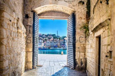 Fototapete Ansicht am Stadttor in der alten Mittelmeerstadt Trogir, Kroatien Europa. / Stadttor Trogir. / Selektiver Fokus.