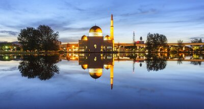 Fototapete Ansicht und Reflexion der Assalam Moschee blaue Stunde. Bild hat Korn oder verschwommen oder Rauschen und Soft-Fokus, wenn Ansicht in voller Auflösung. (Shallow DOF, leichte Bewegungsunschärfe)
